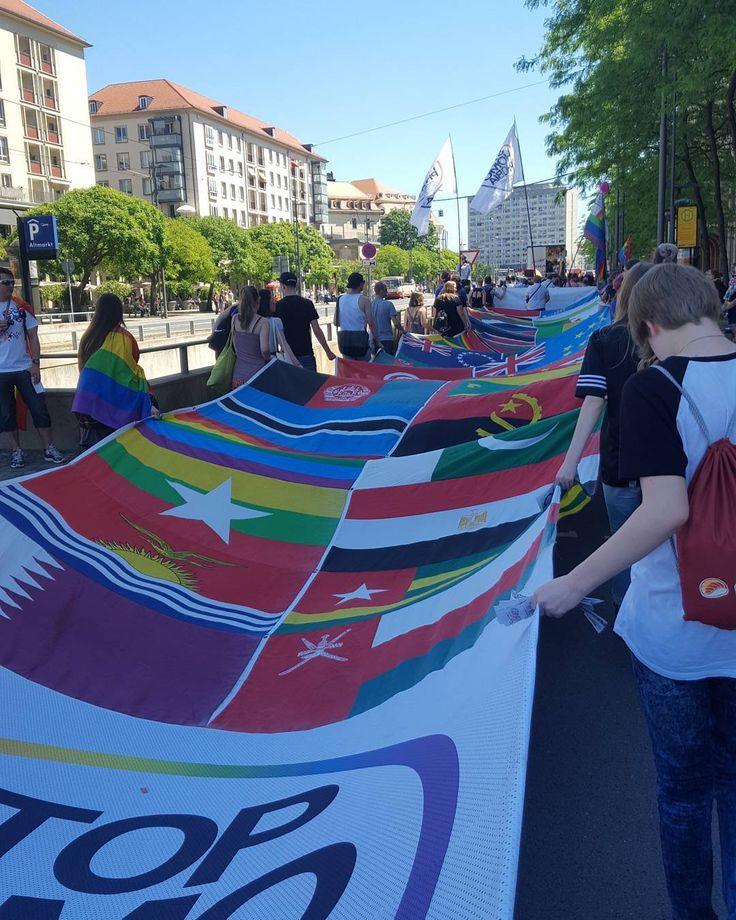 #CSD #Dresden  Unser 45m langer Flaggenteppich zieht durch die Stadt