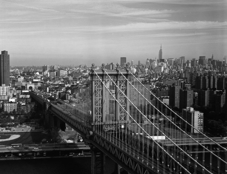 The Manhattan Bridge entering Manhattan