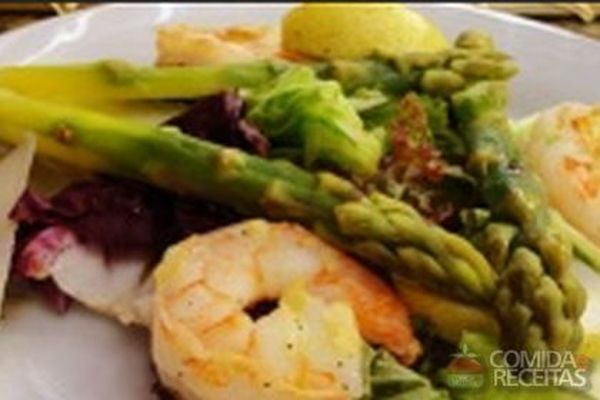 Receita de Salada de camarão com aspargo, abacate e chia - Comida e Receitas