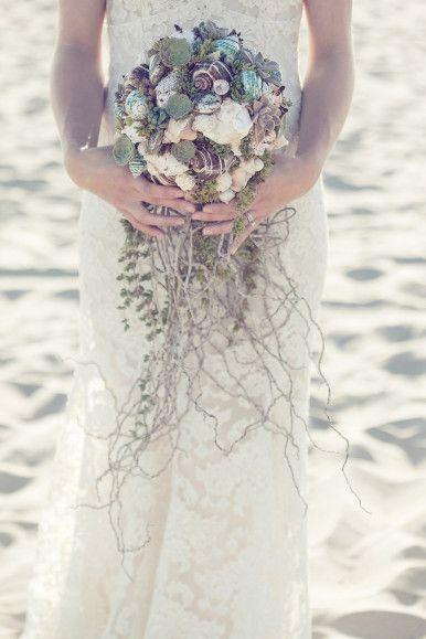 #Ramo de novia playera con conchas, me encanta! / Beach wedding #bouquet with shells, so cute!