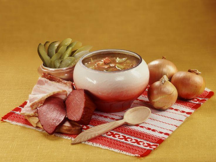 Рассольник — исконно русское праздничное блюдо. Суп очень похож на солянку. Рассольник также, как и солянка бывает мясной, рыбный и грибной (вегетарианский). В старину рассольник назывался — калья. В калью добавляли квас, капустный или огуречный рассол и даже рыбную икру. Рассольник не должен быть сильно кислым или солёным. Суп должен иметь лёгкую и нежную кислинку. […]