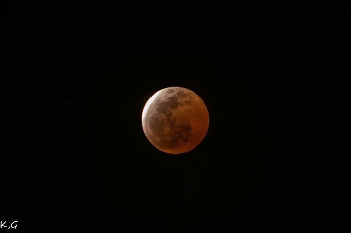 ☆共和AMELナイスショット!☆ 先日、4日は皆既月食でしたね! みなさま観測されましたか?? 今回の皆既月食は12分間と短く さらに雲の影響で 観測できたのはわずか数分でしたが、 幻想的な赤い満月をパシャリ♫ 次回の皆既月食は 2018年1月31日ですよ(^^) <URL> http://www.kyowayakuhin.co.jp/