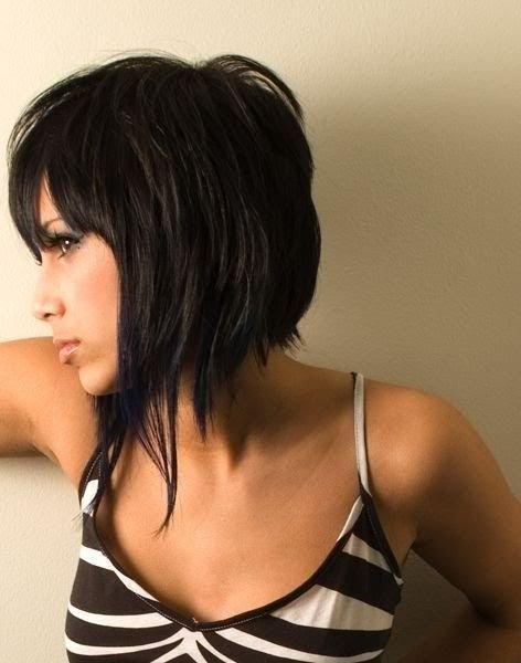 L'originalité de cette coiffure repose sur les mèches plus longues qui se trouvent à l'avant. Le reste de la chevelure a été coupé dans un carré dégradé et le coiffeur a coupé une longue frange sur le front. La coloration noire donne du caractère à la coiffure.