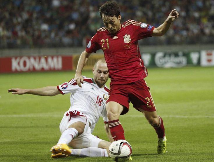 El centrocampista de la selección española, David Silva (d), intenta superar al jugador de Bielorrusia, Maevski, durante el encuentro clasificatorio para la Eurocopa 2016