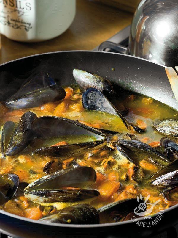 Peppered mussels - Una ricetta semplicissima ma molto appetitosa, l'Impepata di cozze è un'ottima alternativa al solito secondo. Servitela con fette di pane abbrustolito. #impepatadicozze