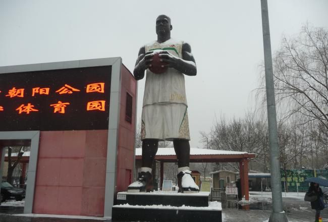 Shaq and Kobe statues in China are Incredible!