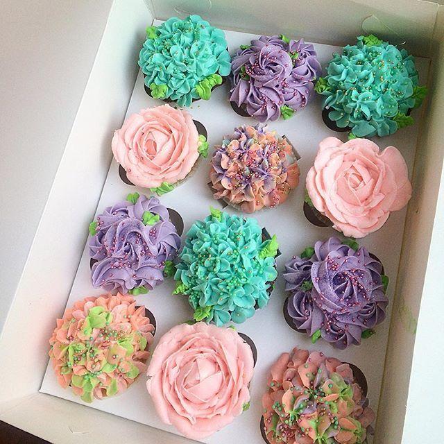 Дарите девушкам цветы😌💐🌸 в этом наборе целое ассорти: шоколадные, ванильные, лимонные и ванильный с вишней🍒 #даритедевушкамцветы #весна_Антонио #друзья_Антонио #tamiliciouscakes #cupcakes #cakestagram #капкейки #капкейкиназаказ #капкейкимосква