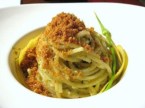 Spaghetti con pesto di aglio selvatico,timo e pistacchi