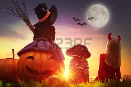 Buon fratello e due sorelle su Halloween Bambini divertenti in costumi di Carnevale all aperto Alleg Archivio Fotografico