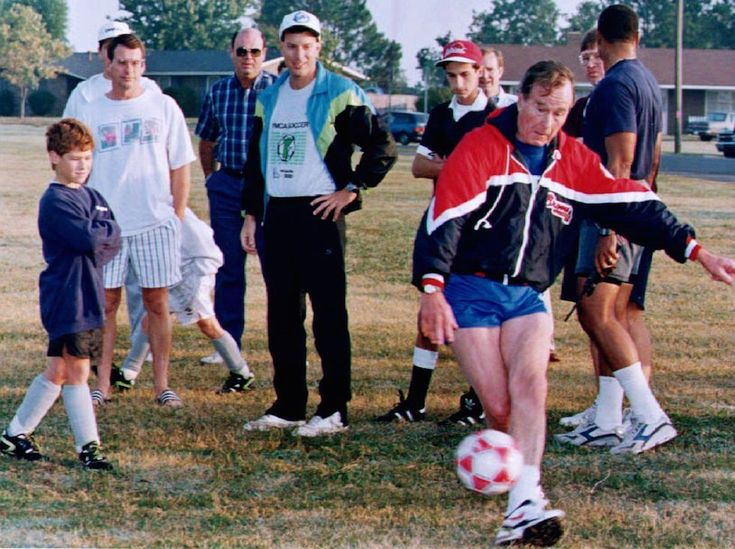 Politici e palloni: L'allora presidente statunitense George H. Bush calcia un pallone con dei ragazzini a Montgomery, in Alabama, 24 ottobre 1992, durante un evento di campagna elettorale - Il Post