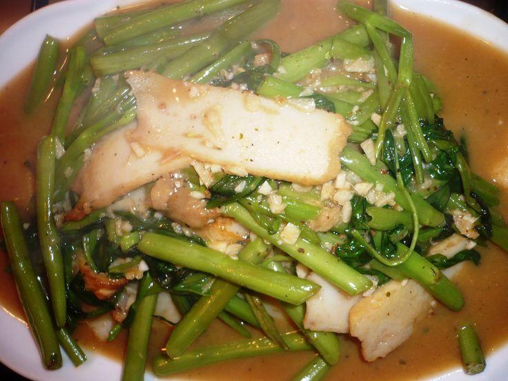 Kippenvleugels, Kangkoen met Gebakken Vis ...Deze keer gecombineerd met Chan's BV Chan's Oestersaus en Sesam olie en wat overgebleven kruidenbotermix om de kippenvleugels te marineren en overgebleven saus gebruikt om de Kangkoen en gefrituurde vis te wokken. Smakelijke groet, Tammy Wong - Koken Met Specerijen
