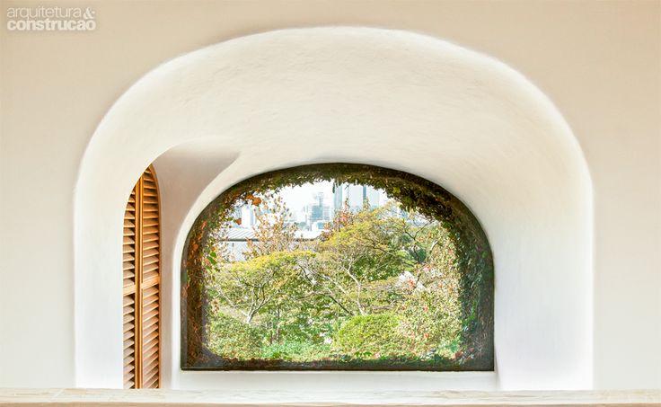 Fã da arquitetura moderna italiana, o arquiteto Roberto Bratke projetou sua casa, na capital paulista, inspirado pelos lugares já visitados por lá. Dessas andanças, observou a integração entre interior e exterior e a simplicidade dos materiais. Detalhes que ganharam força aqui, como as paredes claras e limpas, prontas para refetir a luz e o jardim.