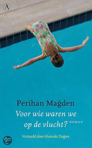 Voor wie waren wij op de vlucht? - Perihan Magden - ISBN 9789025366964. Een alleenstaande moeder is met haar dochter op de vlucht. Ze trekken van hotel naar hotel, van land naar land. In korte, afgewogen zinnen vertelt de dochter hun beklemmende verhaal. GRATIS VERZENDING - BESTELLEN BIJ TOPBOOKS VIA BOL COM OF VERDER LEZEN? DUBBELKLIK OP BOVENSTAANDE FOTO!