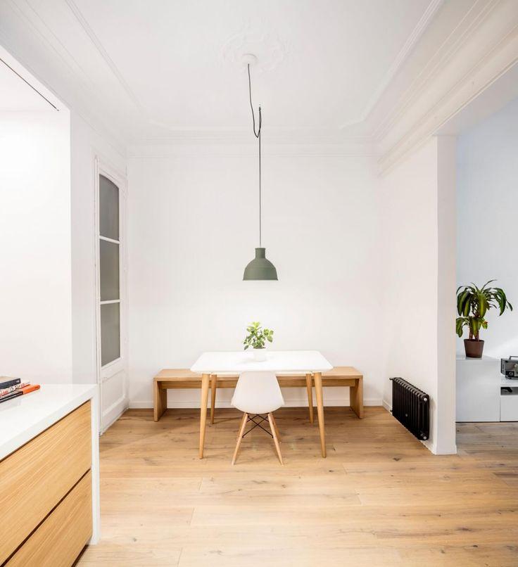 Byt ze třicátých let proměnili v soudobý prostor pro bydlení. Netradiční prostorové řešení kontrastuje s klidným a střídmým materiálovým řešením. Návrh vytvořilo barcelonské studio EO arquitectura.  Autor:EO arquitectura I Adrian Elizalde +Clara Ocaña Studie: 2015 Realizace:2015 Plocha:65m2 Místo:Barcelona I Španělsko  Zdi malých a temných pokojů byly zbourány a, zde se skrývá pointa, žádné nové nepřibyly. Byt je jedním velkým prostorem složeným ze tří zón. Ty jsou definovány, avšak…