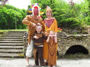 Après les chevaliers pour ses 4 ans, les pirates pour ses 5 ans, voici les indiens pour ses 6 ans ! Les anniversaires avec les copains, c'est du boulot pour les parents ! Beaucoup de boulot : - fabriquer un tipi, un totem, des fers à cheval, un message...