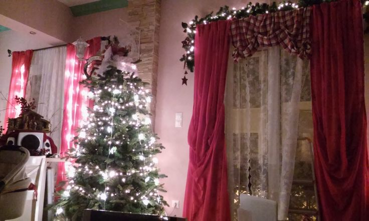 I couldn't stay in one corner so I made some more...  the tree is not finished yet...we put everyday until Christmas something on the tree