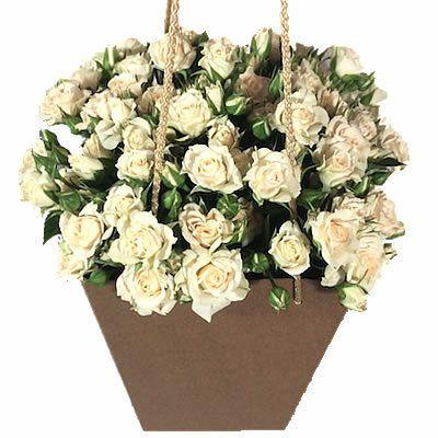 11 кустовых роз в сумочке с ручками, высота 27 см