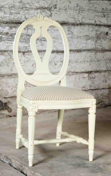 Produkten Medaljong stol, målad säljs av Allinwood i vår Tictail-butik.  Tictail låter dig skapa en snygg nätbutik helt gratis - tictail.com