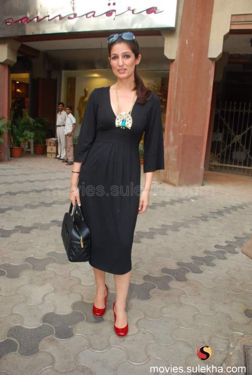 Image from http://mimg.sulekha.com/twinkle-khanna/events/twinkle-khanna/twinkle-khanna-at-summer-collection92.jpg.