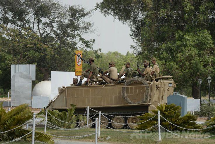 パキスタン南部カラチ(Karachi)にある空港で装甲車に乗って警備に当たる軍兵士(2014年6月9日撮影)。(c)AFP/Asif HASSAN ▼10Jun2014AFP|カラチの空港付近を再び武装勢力が襲撃 http://www.afpbb.com/articles/-/3017317 #Karachi