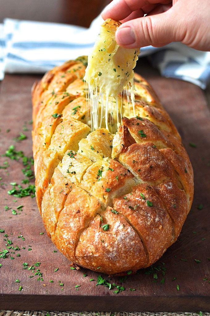 ちぎりパン ガーリックブレッド ‐ 大きな田舎風パンを楽にちぎれるように格子の切れ目を入れたガーリックブレッドです。チーズ入りだからサラダに添えても良いし、みんなでちぎって食べられるのでパーティにも向いています。