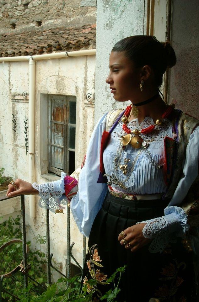 Oliena, Costume e gioielli tradizionali.jpg (634×963)