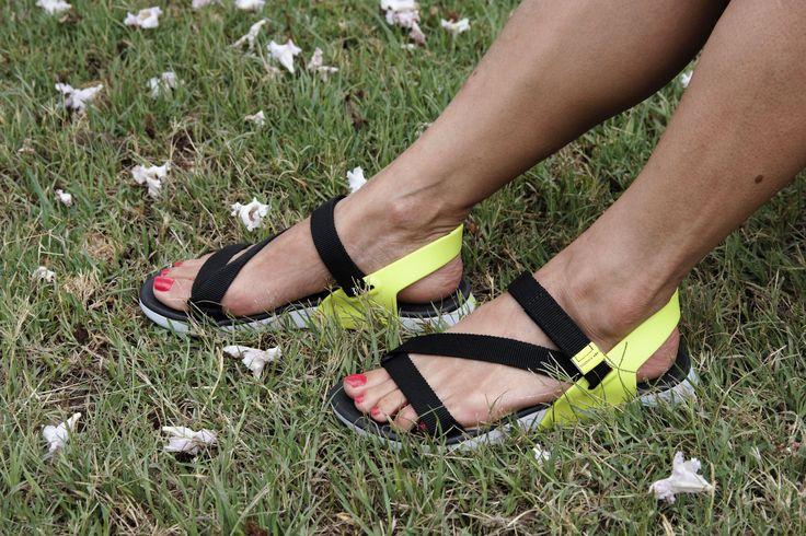 Sandalia ajustable con velcro, suela bidensidad, muy cóm0das!