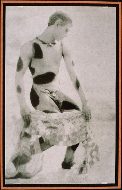 Nijinsky, visage de profil, tenant un voile, 1914, Baron Adolf Gayne de Meyer Paris, musée d'Orsay