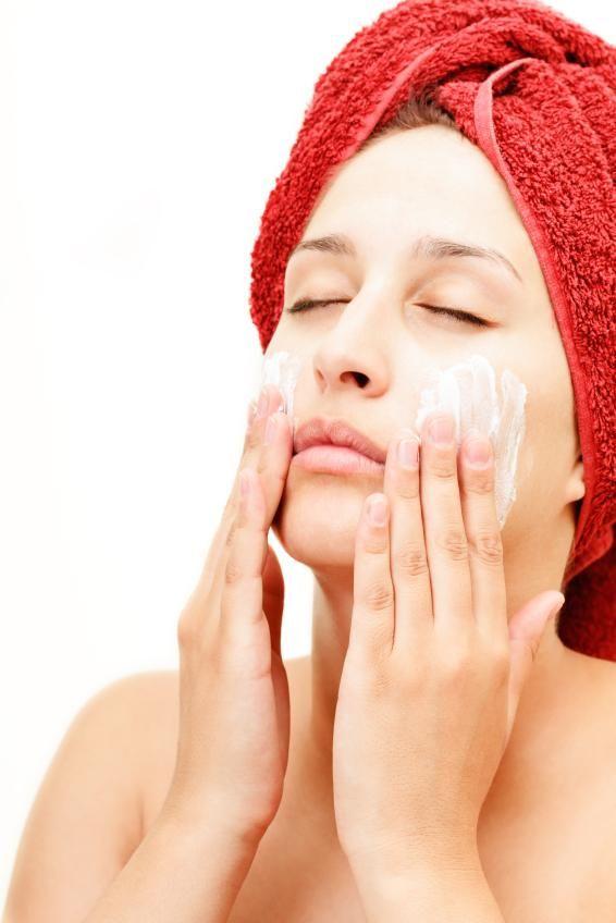Cómo quitar las espinillas con alcohol y bicarbonato. Considerada la primera fase del acné por los médicos, las espinillas son pequeñas bolitas amarillentas o negruzcas incrustadas en los poros. Los puntos negros se desarrollan cuando la piel produce dem...