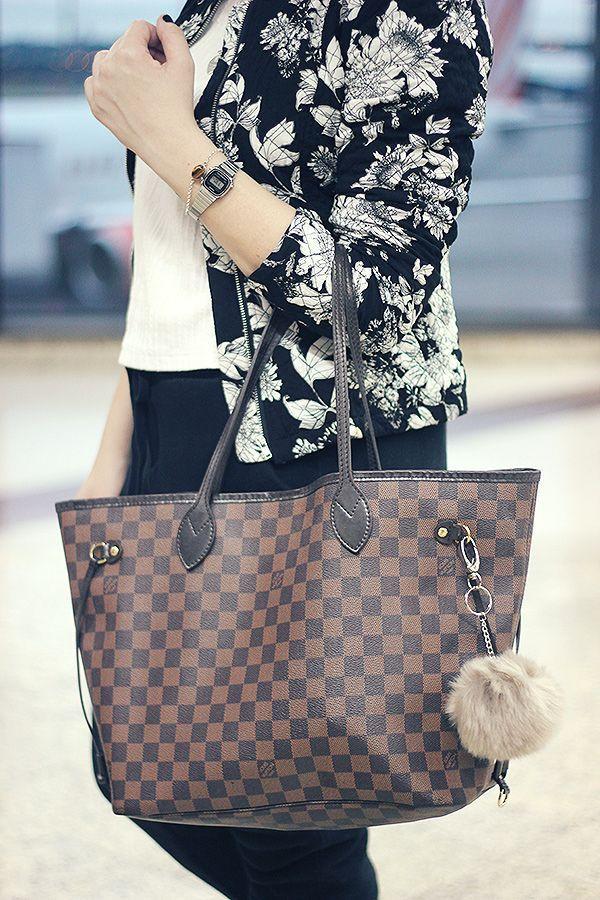 ce3d63e74af Look aeroporto calça de moletom preta, camiseta branca, jaqueta floral,  bolsa Louis Vuitton