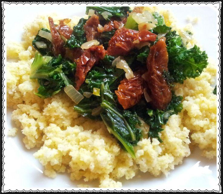 Kulinarna niedziela: kasza jaglana z jarmużem i suszonymi pomidorami