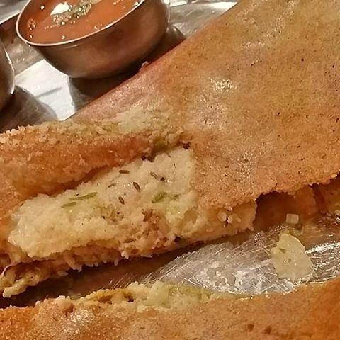 【アーンドラ・ウプマ・ペサラットゥ】 ドーサに似ていますが、使っている豆の種類が違うので緑色の生地になります。ウプマ入りで満腹感も◎ サンバル・チャトニ付♪  #南インド料理 #南インド #インド #インド料理 #インドカレー #カレー #ベジタリアン #ヴィーガン #肉 #スパイス #神田 #アーンドラダバ