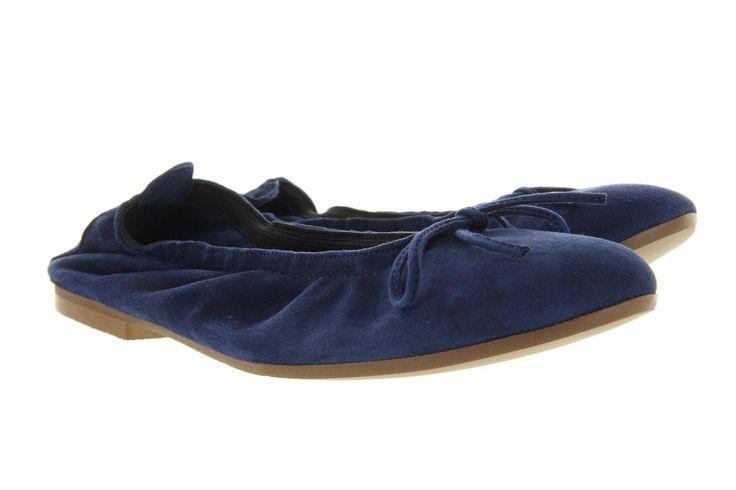Ballerina Clic 7290 blauw. Het bovenwerk van deze ballerina is blauwe suède met een leuke strik op de wreef van de schoen. Het merk Clic staat bekend als schoenmerk met de perfect aansluitende ballerina, door de elastiek wat mooi aansluit rond de voet.