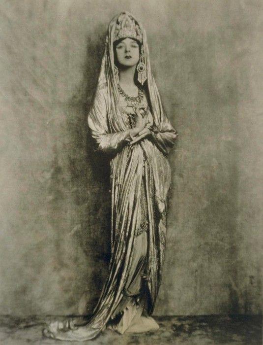 Рут Сен-Дени в роли богини Гуаньинь