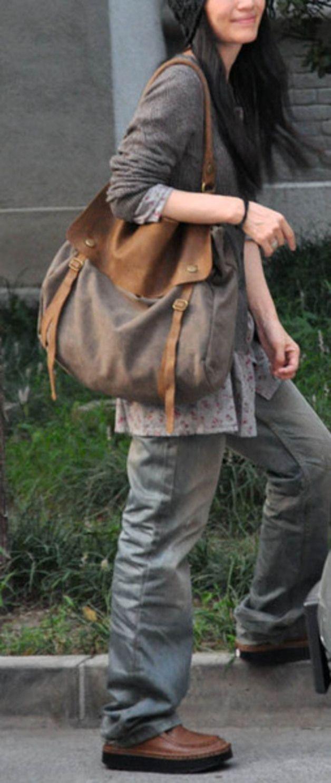 Colle Unisex Canvas Tasche - auch für Männer!   Ein robuster Begleiter für Uni und Schule. Schultertasche aus Canvas, mit antikbraunen Echt Leder Elementen.  Die Tasche besitzt ein großes...