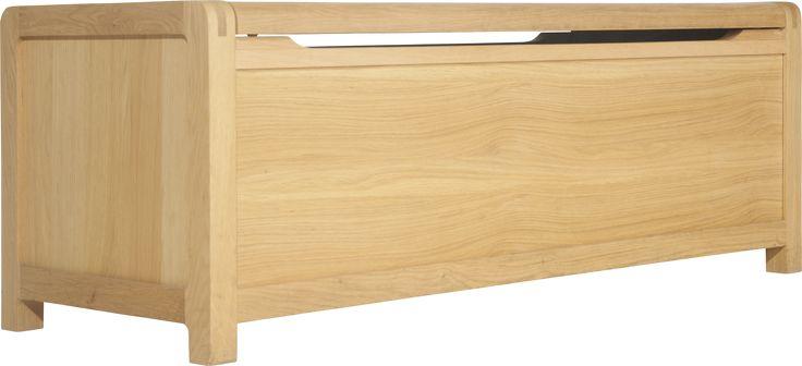 Radus-serien er designet eksklusivt for Habitat av Simon Pengelly. Alle møblene er laget i heltreeik med elegante avrundede fingersamlinger som gir både et sofistikert og rustikt preg. Kiste til oppbevaring av sengetøy, sengeteppe, klær etc. Kan også brukes som benk. L.130 x H.49 x D.48 cm pris kr 5 192 (20 % rabatt)