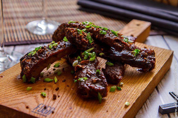 Этот рецепт - своеобразный реверанс в сторону кухонь Юго-Восточной Азии: свиные ребра с ароматом меда и виски получаются сочными, с мясом, отходящим от костей.