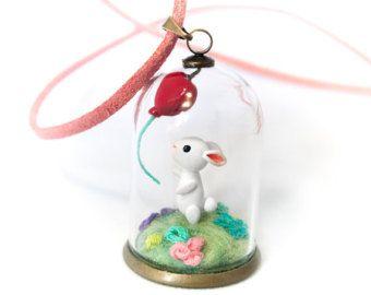 Coniglietto con un palloncino cuore rosso - globo di vetro collana terrario, bottiglia, terrario in miniatura, mini flacone, cupola di vetro, finto pizzo