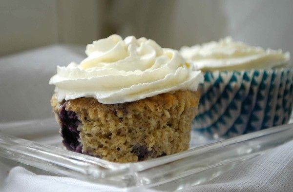Hälsosamma muffins med blåbär och banan  *********************** 40 gram smör 2 ägg 1 ½ mogen banan 1 ½ dl mandelmjöl ½ dl riven kokos ½ dl sötströ 1 msk kokosmjöl  1 tsk bakpulver 2 krm vaniljpulver  80 gram blåbär  Toppa gärna med:  2 dl vispgrädde ½ msk sötströ 1 krm vaniljpulver