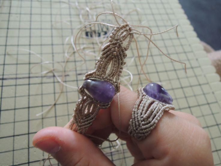 Bague en micro macramé en cours de création Cha'perli'popette - créatrice belge de bijoux artisanaux https://www.facebook.com/chaperlipopettebijoux http://www.alittlemarket.com/boutique/cha_perli_popette-951481.html