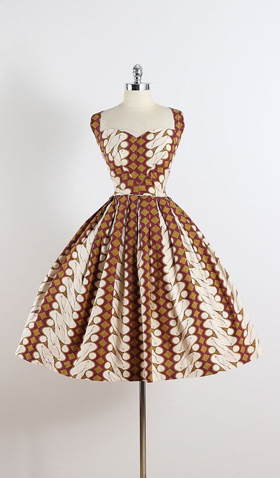 Akamai ➳ vintage 1950s dress * repeated patterned cotton * maroon, gold, cream * adjustable straps * metal back zipper * full skirt condition |