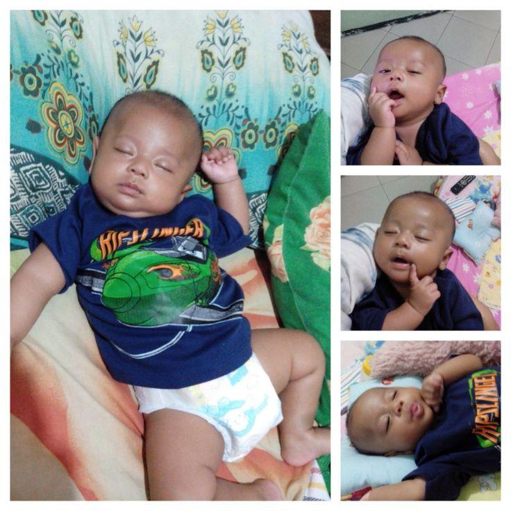 Gaya tidur anak laki