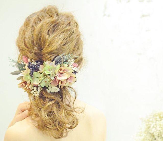 * とっても可愛い髪型を提案してくれる、 美容師の@aco_wedding.lillaさん . なんと、お花のアクセサリーもご自身で作っているんだそう! 春にぴったりのナチュラル可愛い花嫁ヘアコーディネートをお任せしたい美容師さんです . #花嫁ヘア#ブライダルヘア#ポニーテール#ヘッドアクセ#ヘッドドレス#結婚式準備#プレ花嫁#marryxoxo
