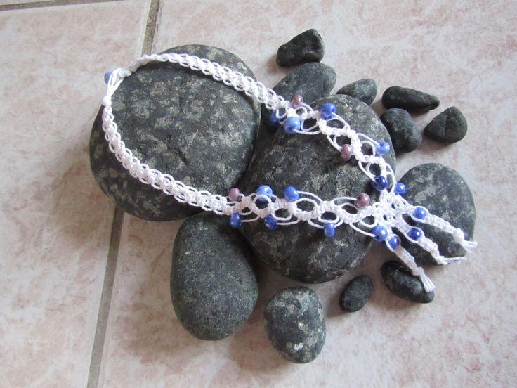 Collana macramè con perle di vetro blu