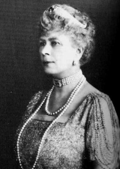 Hm Queen Mary Wearing Empress Marie Feodorovna S Sapphire - Queen Mother S Art Deco Bandeau Tiara