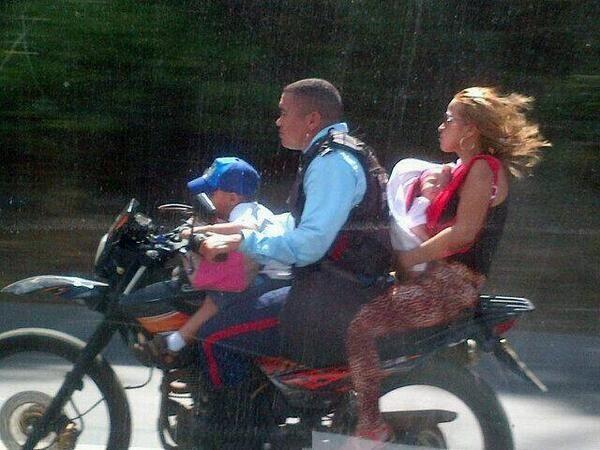 #abajarlosdelasmotos Si no es necesario o urgente, no lleves a los niños en la moto y menos si no llevan protección  #usacasco #calidadbenserca