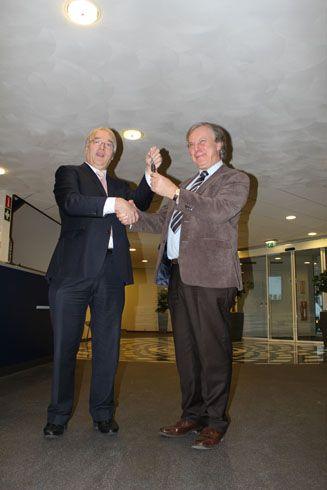 Frank Rohof, directeur NOA, overhandigde de voordeursleutel van het NOA-pand aan Wim van der Maas, directeur AFNL.
