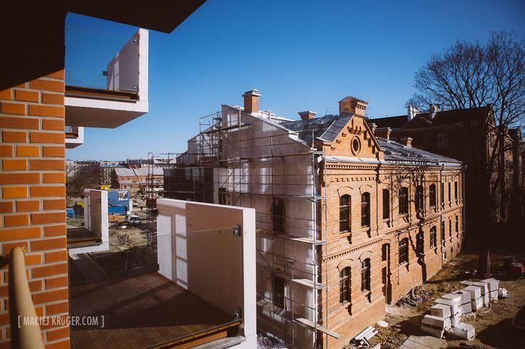 Koneser to spotkanie nowoczesności z historią. Z budynku nowoczesnej Wytwórni widok na zabytkową, XIX-wieczną Mennicę. W Wytwórni są nasze soft-lofty, natomiast jedyne w swoim rodzaju lofty znajdują się w Mennicy #postindustrial #industrial #architecture #koneser #centrumpraskiekoneser #pragadistrict