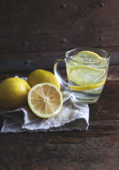 L'eau et le citron   - Article | Trois fois par jour•Il aide à éliminer les toxines :  •détoxifie l'ensemble du corps. L'eau chaude ouvre doucement le système digestif et permet de relancer le transit si vos intestins sont paresseux. •Il détoxifie la peau : • Il soutient l'immunité  •Il vous hydrate métabolisme. •Il vous donne la pêche  •Il participe à la perte de poids :  •Il vous donne une bonne haleine
