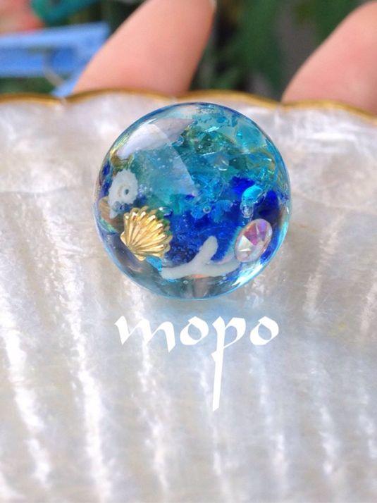 琉球ガラス・沖縄の貝・ 貝パーツ・オーロラカラーのスワロフスキーを使用し沖縄の海をイメージして作成しました♪【サイズ】写真4枚目半球:直径18mm指輪:フリーサイズになります。(閉じた状態で約11号)